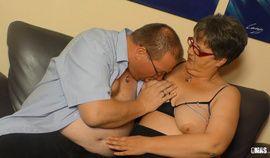 XXX Omas - Dicke deutsche Oma Birgit W. von Joachim W. auf die Titten gespritzt